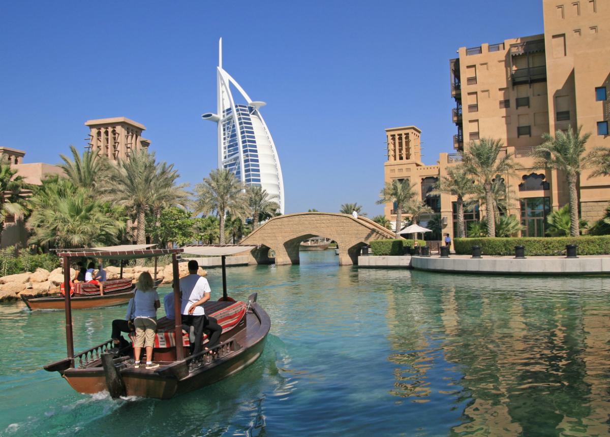 Un paseo por las aguas de Dubái con una imponente vista del Hotel Burj Al Arab