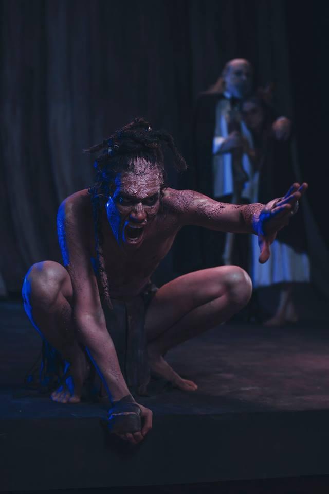 Renato Rueda como Calibán en La Tempestad - Foto de René Funk