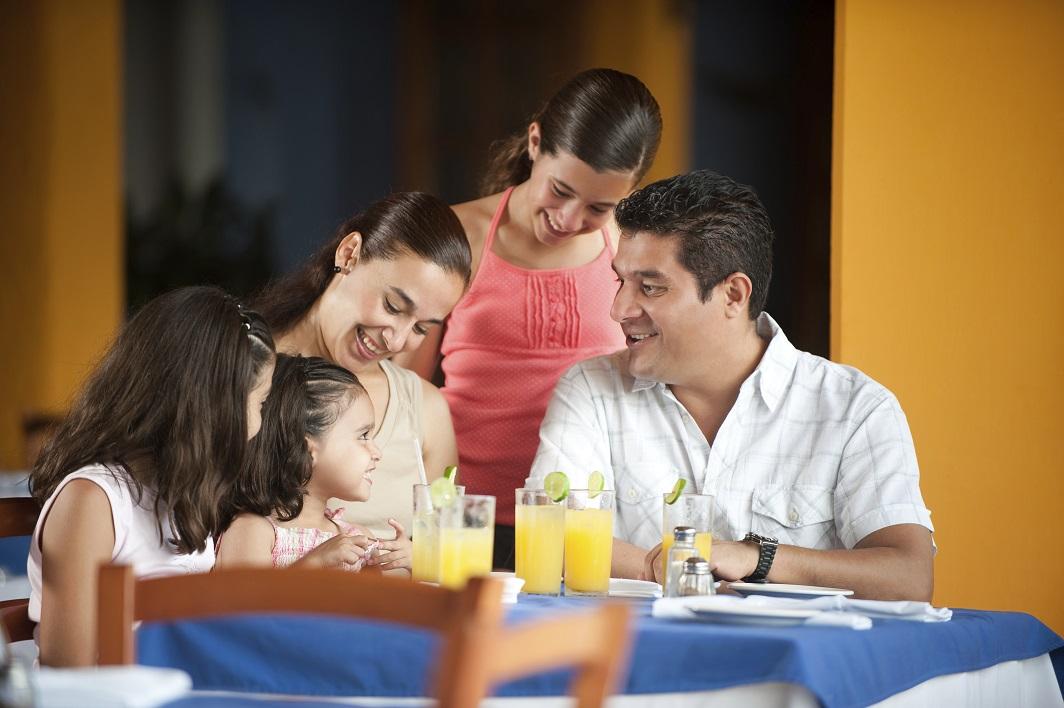 Familia en restaurante - Atrápalo