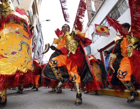 """Una fiesta de gran expresión dancística y musical organizada por la Federación Regional de Folklore y Cultura de Puno, que convoca la presencia de más de 150 conjuntos, entre """"danzas nativas"""" que proceden de las comunidades y parcialidades de Puno"""